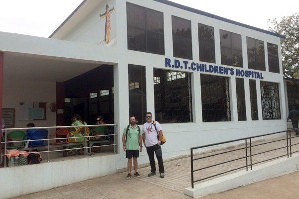 Obras social Duran materiales de construcción. Duran colabora con la fundación Vicente Ferrer y la CAEB en la India. Hospital para niños