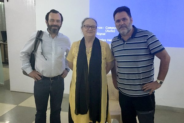 Obras social Duran materiales de construcción. Duran colabora con la fundación Vicente Ferrer y la CAEB en la India. Anna Ferrer con DURAN