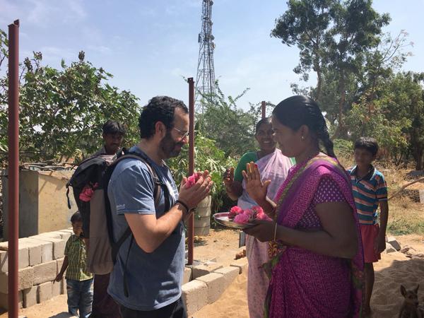 Obras social Duran materiales de construcción. Duran colabora con la fundación Vicente Ferrer y la CAEB en la India. Duran Visita viviendas en la India