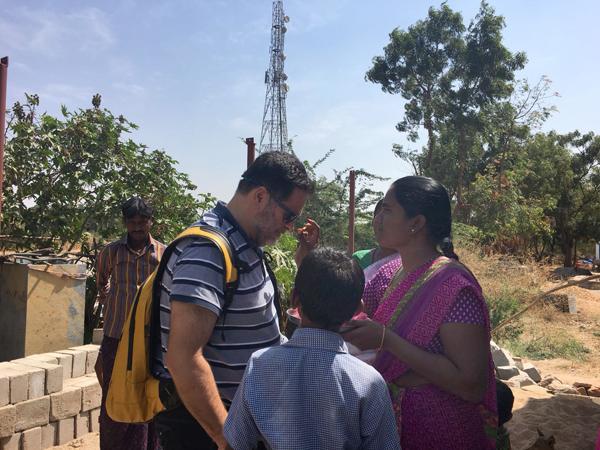 Obras social Duran materiales de construcción. Duran colabora con la fundación Vicente Ferrer y la CAEB en la India. Duran visita viviendas dignas en la india