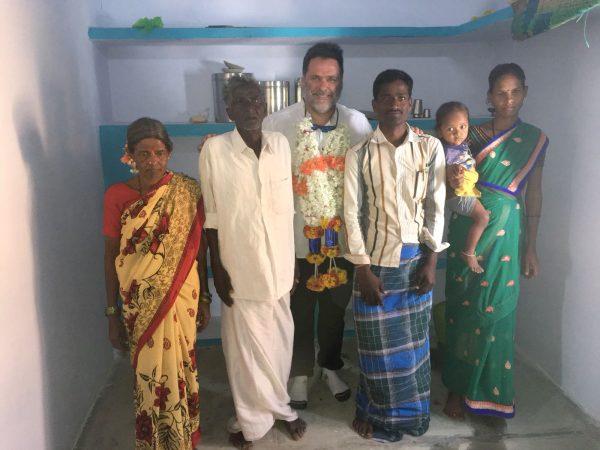 Obras social Duran materiales de construcción. Duran colabora con la fundación Vicente Ferrer y la CAEB en la India. Inauguración casa rural en la India