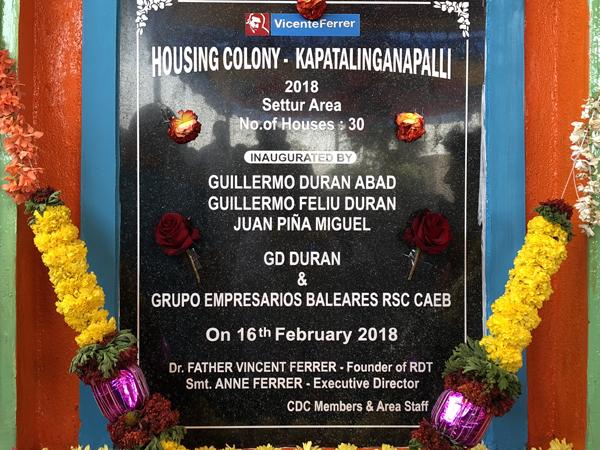 Obras social Duran materiales de construcción. Duran colabora con la fundación Vicente Ferrer y la CAEB en la India. Placa inauguración viviendas